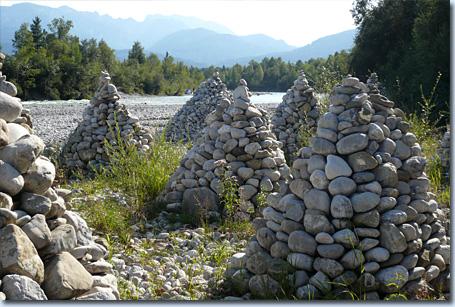 Steinpyramiden an der Isar